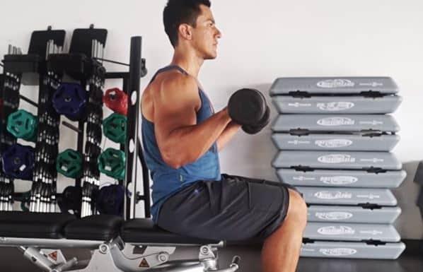 flexiones-con-mancuernas-sentado